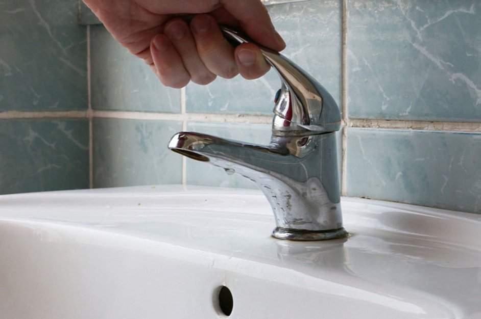 В Новороссийске питьевая вода бьет фонтаном из люка, а в кранах горожан — сухо