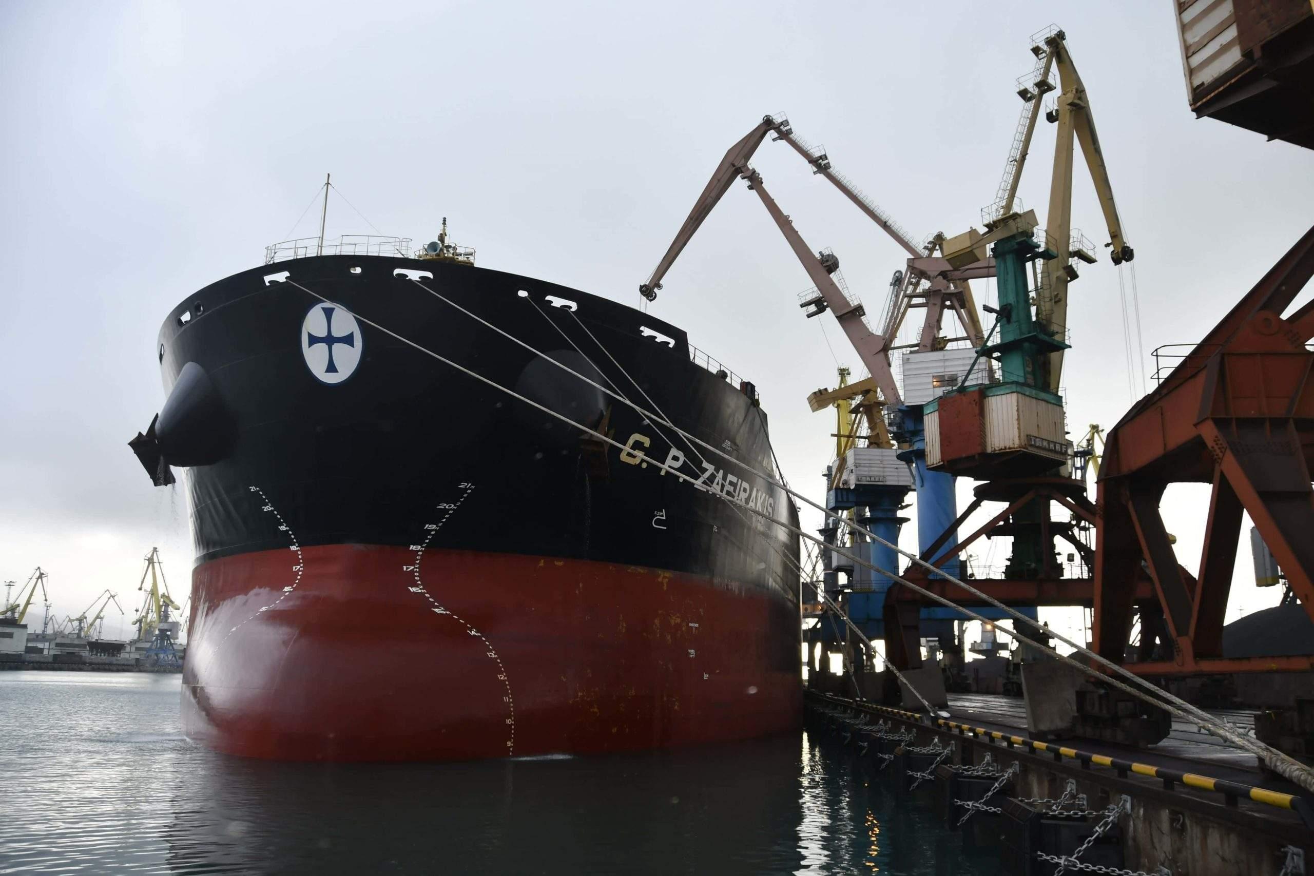 У причала новороссийского порта загрузили рекордно длинный сухогруз