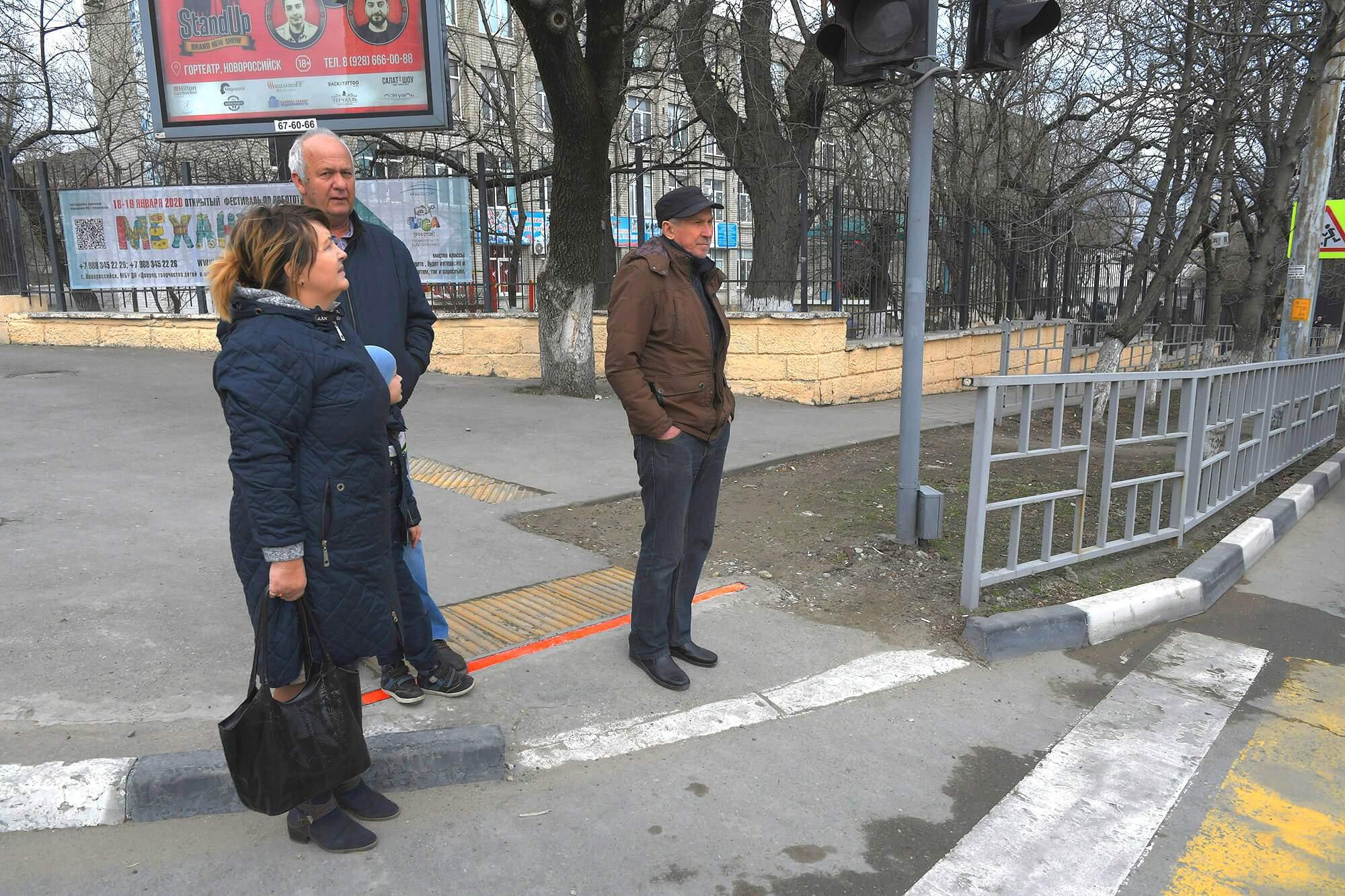В Новороссийске появился первый в крае наземный светофор с подсветкой