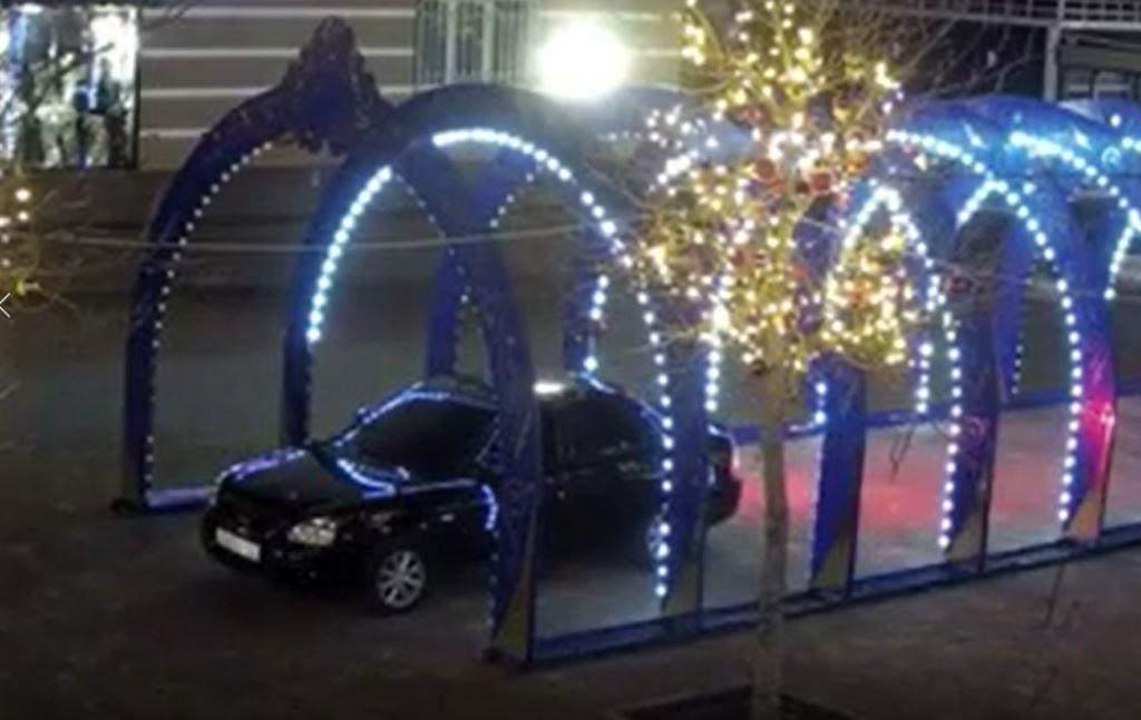 Водитель на «Приоре» проехал под светящейся аркой по скверу Черняховского. А после прилюдно извинился