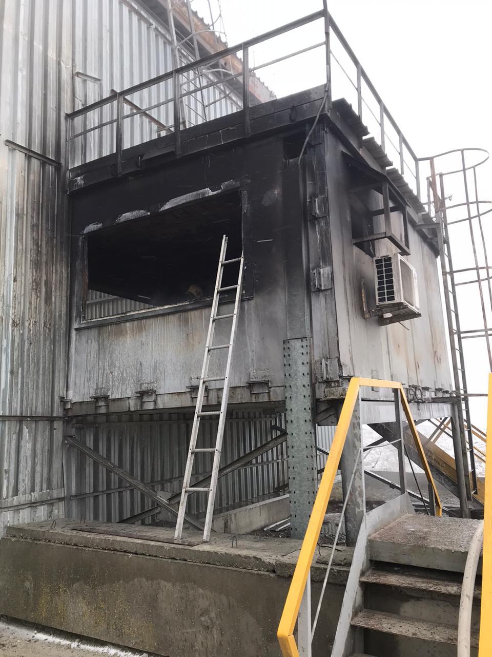 В Новороссийске на территории цемзавода произошел пожар