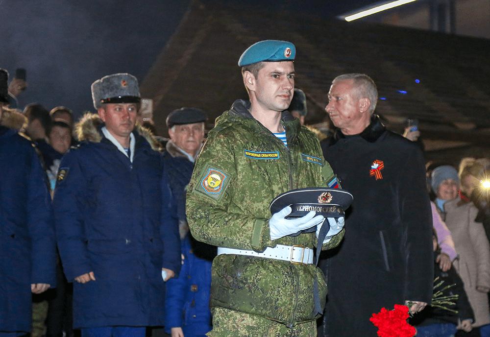 Десантник Иван Огнев шесть раз опускал бескозырку вморе