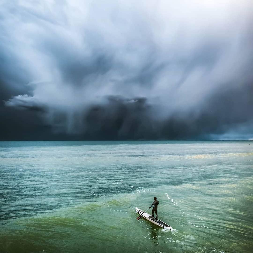Из-за теплого моря с гор Новороссийска спускаются удивительной красоты облака