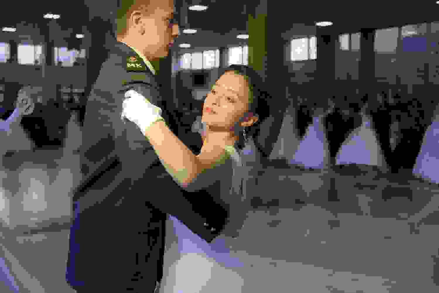 В Новороссийске прошел Сретенский бал: молодежь танцевала полонез, вальс и мазурку