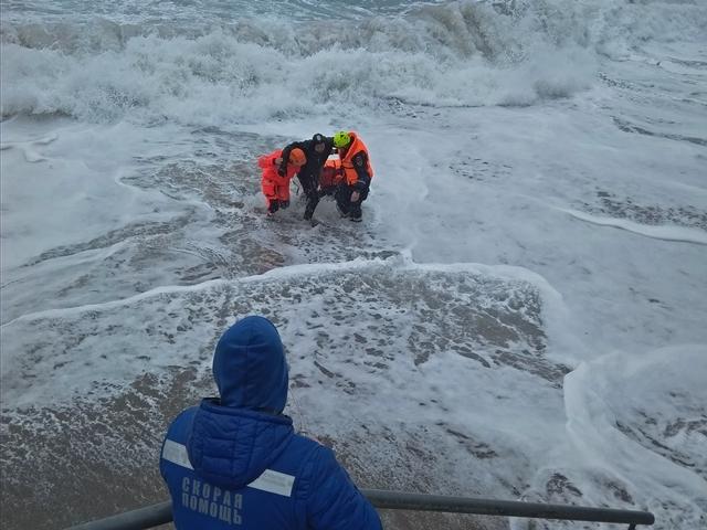 18-летнюю девушку и 42-летнего мужчину из Новороссийска смыло в море с пирса. Оба погибли