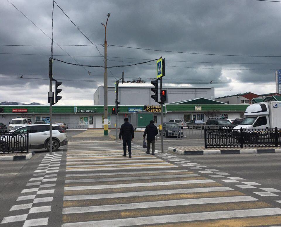 Напротив Южного рынка в Новороссийске заработал светофор, но пешеходы его не замечают