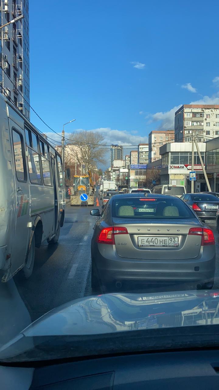 В Новороссийске на ул. Энгельса снова пробка