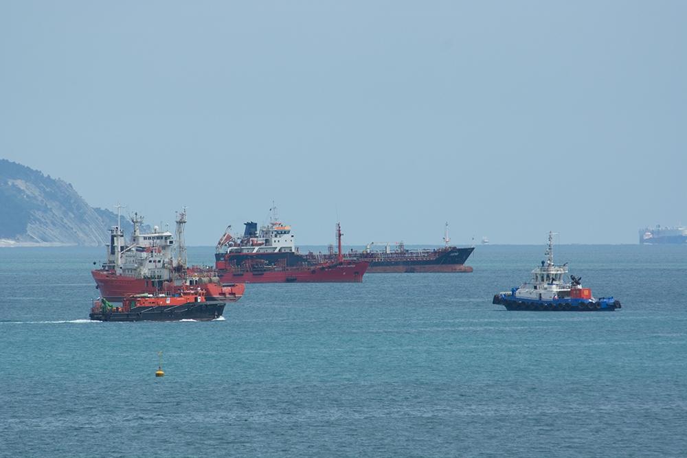 Нарейде под Новороссийском стоит корабль, уэкипажа подозрение накоронавирус COVID-19