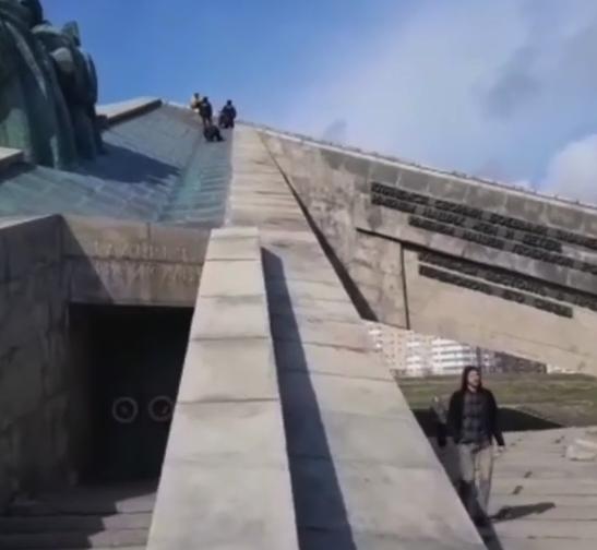В Новороссийске женщина забралась на Мемориал. Спускать ее пришлось экстренным службам