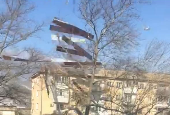 ВНовороссийске скрыши многоэтажки сорвало листы металлопрофиля: пострадали машины, людей чудом незацепило