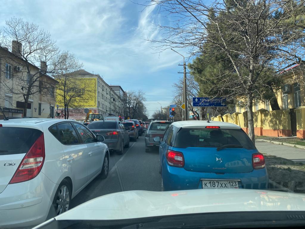 Новороссийск превратился вбесконечную пробку