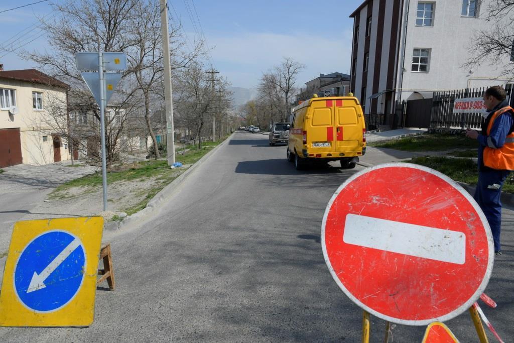 В Новороссийске перекрыли улицу Грибоедова: ведутся ремонтные работы