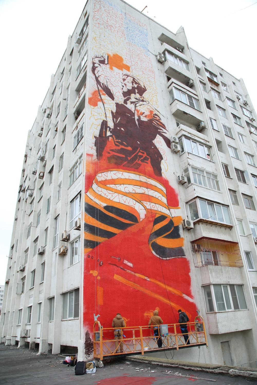 В Новороссийске начали рисовать граффити ко Дню Победы на стене многоквартирного дома