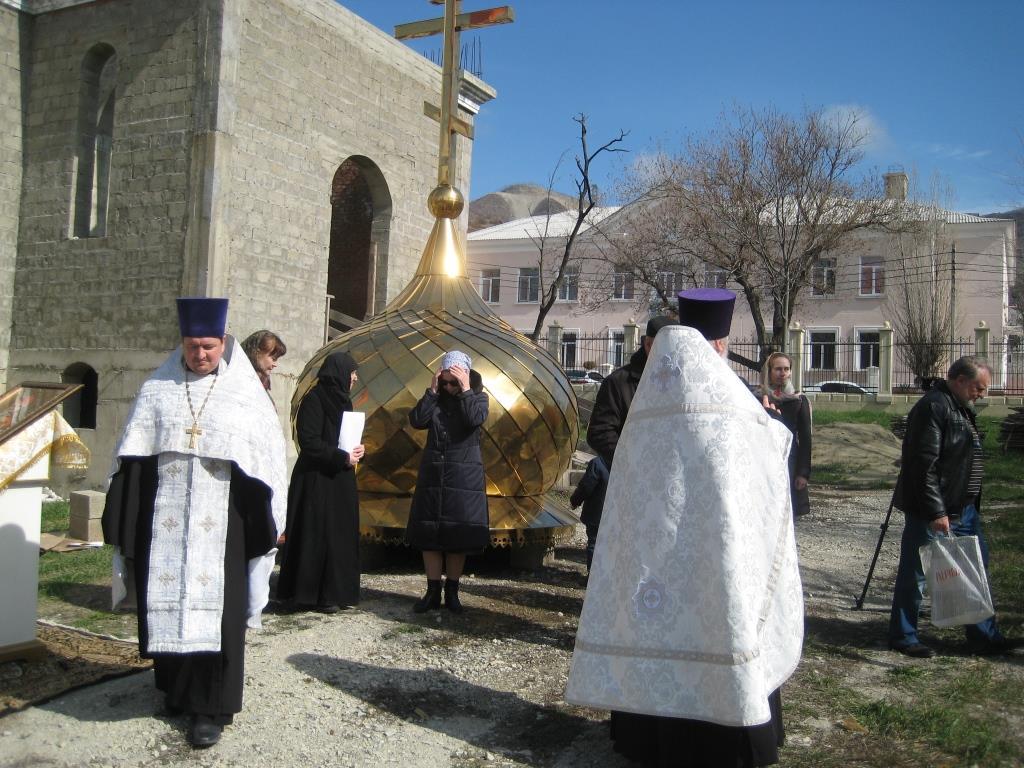 Золотой купол над строящимся храмом святителя Спиридона Тримифунтского в парке им. Ленинского комсомола
