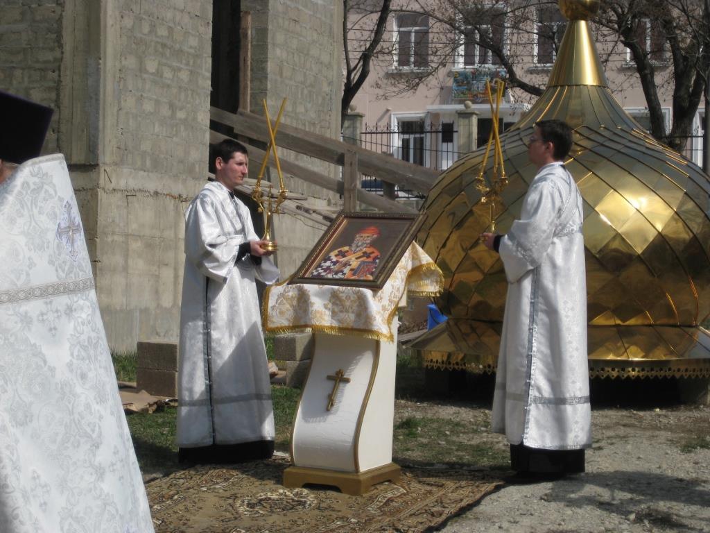 В Новороссийске над новым храмом подняли золотой купол