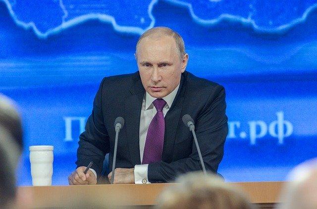 Владимир Путин нанеделю распустил россиян подомам иперенес дату голосования попоправкам вКонституцию страны