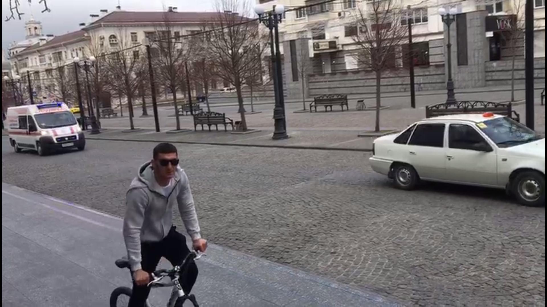 ПоНовороссийску ездит автобус ипогромкоговорителю просит людей сидеть дома