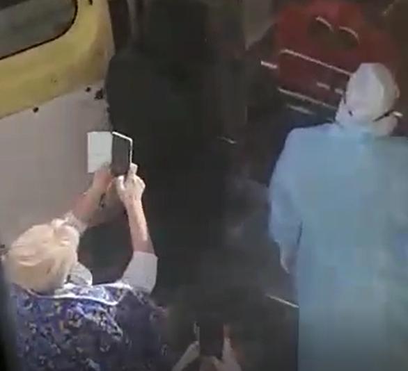 Во время эвакуации человека с подозрением на коронавирус новороссийцы стояли вплотную и снимали: бесстрашные или сумасшедшие?