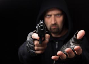 В Новороссийске в магазин ворвался разбойник, выстрелил в витрину и забрал деньги из кассы