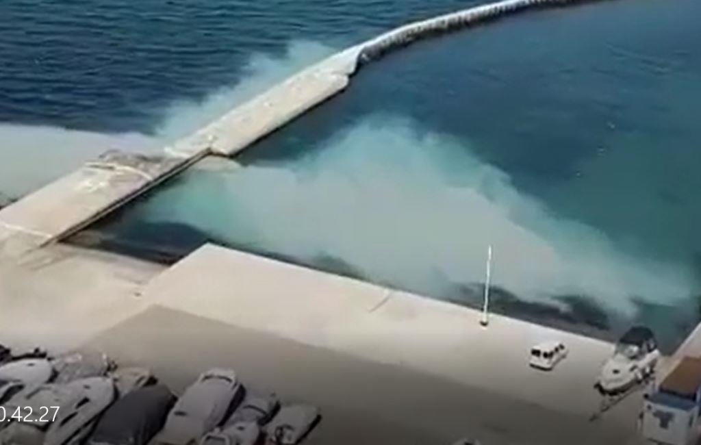 В Новороссийске в море снова разлилось огромное белое пятно