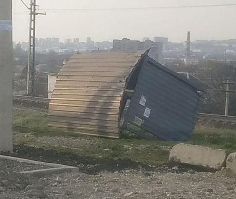 В Новороссийске объявлено экстренное предупреждение об усилении ветра: по городу уже летают остановки и деревья