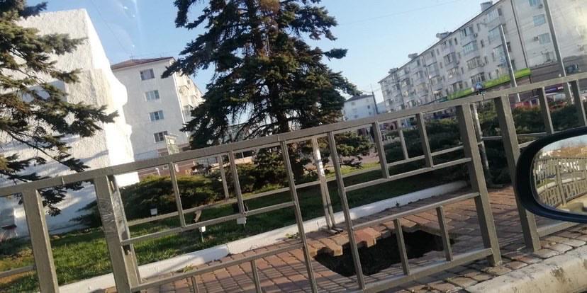 В Новороссийске провалился тротуар около «Матроса с гранатой»