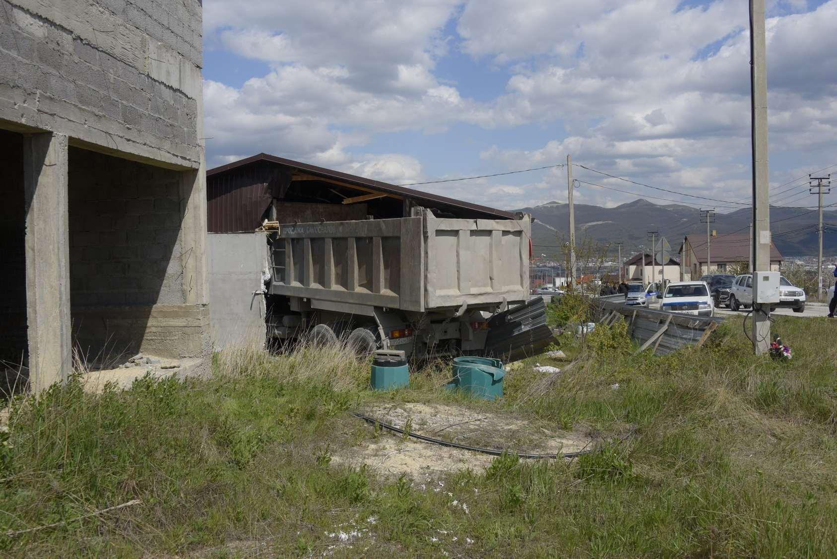 В Новороссийске грузовик пробил стену частного дома. Люди чудом выжили