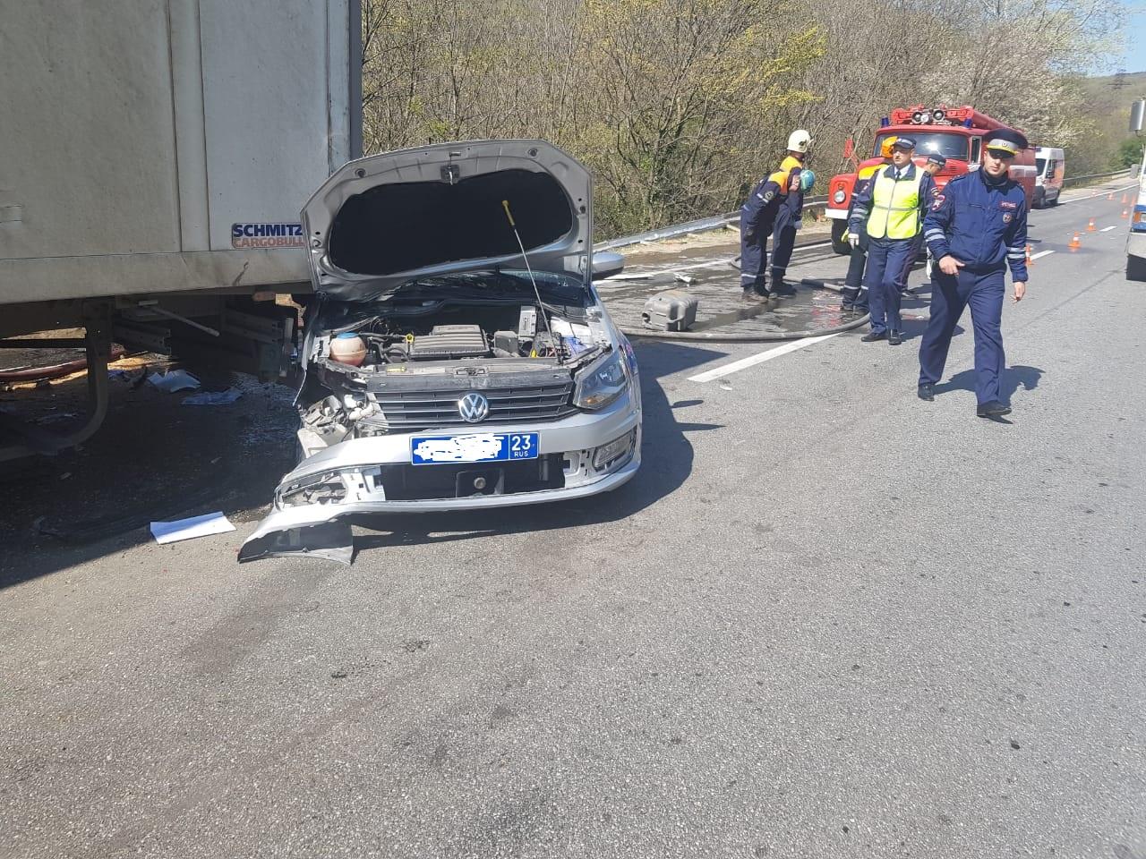 КамАЗ влетел в патрульную машину, которая оформляла ДТП на трассе под Новороссийском на  Волчьих воротах