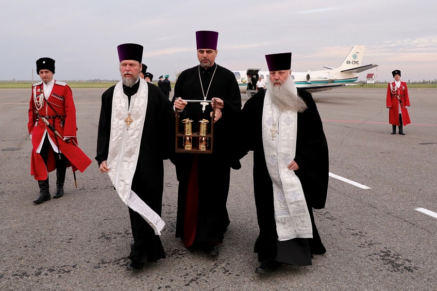 Краснодарский край стал первым в России, кто принял Благодатный огонь из Иерусалима