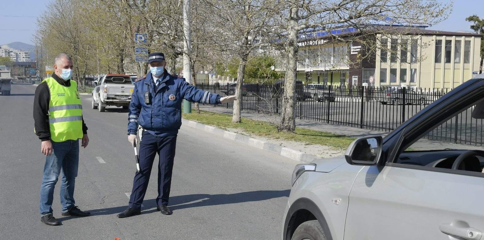 Больше 50 машин ежедневно разворачивают на заградительном посту на въезде в Новороссийск