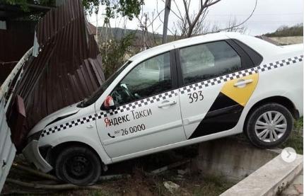 В Новороссийске такси «Яндекс» въехало в забор жилого дома