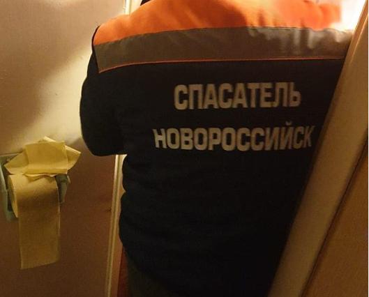 Спасателей Новороссийска вызвали проверить квартиру, из которой шел трупный запах