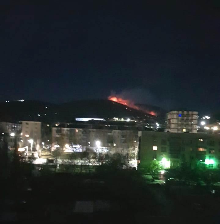 В Новороссийске всю ночь около пятидесяти человек спасали от огня луга в районе горы Кабахаха