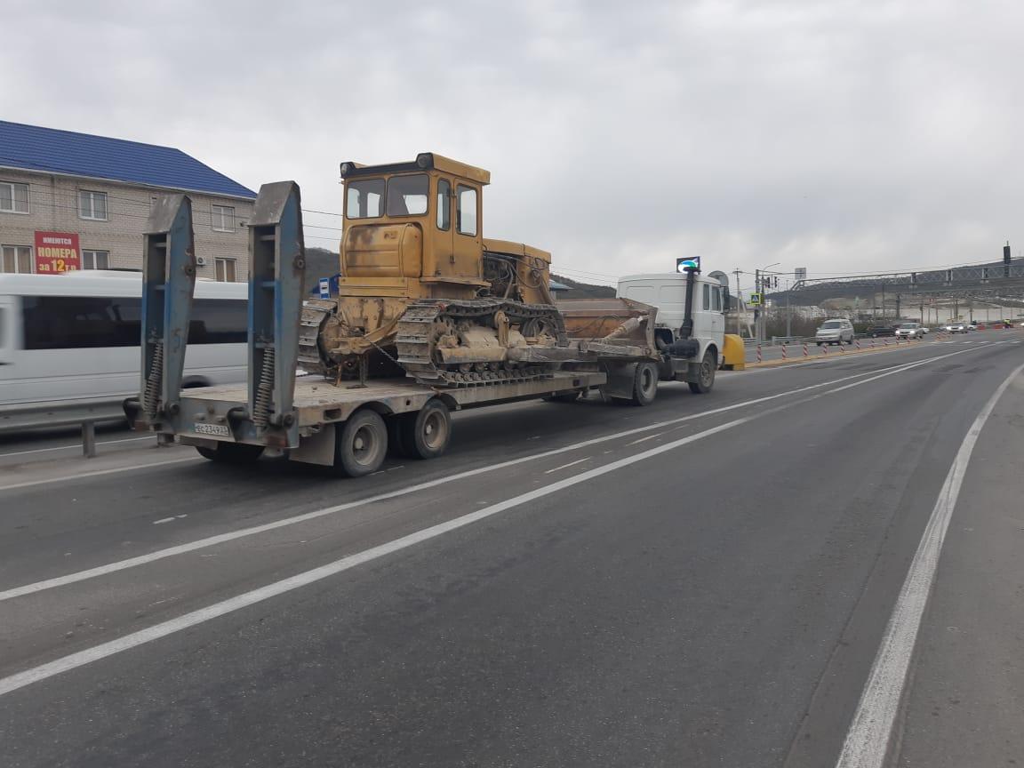Большегрузы, работающие на стройках Новороссийска, разбивают новые дороги