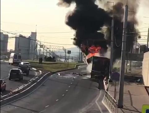 В Новороссийске на Сухумском шоссе загорелась фура