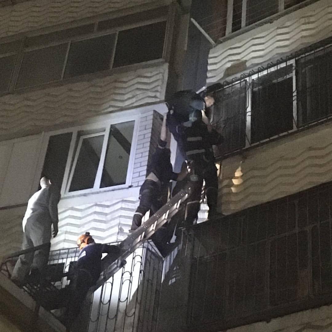 Сегодня ночью в Новороссийске на многоэтажку взобрался человек-паук