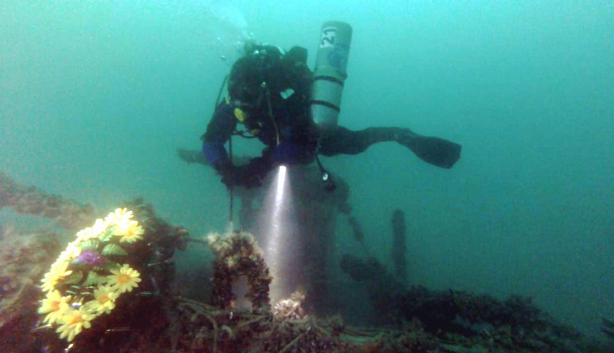9 мая новороссийские дайверы опустили венок на затонувший в годы войны катер
