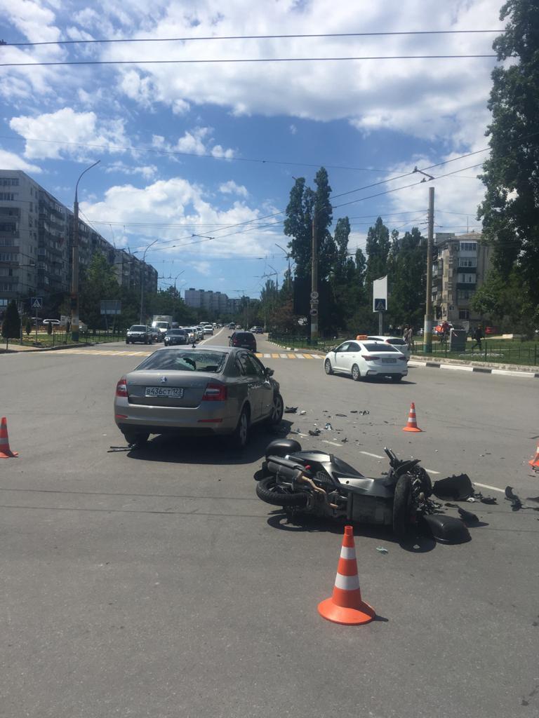 В Новороссийске снова пострадал мотоциклист. Наехала женщина