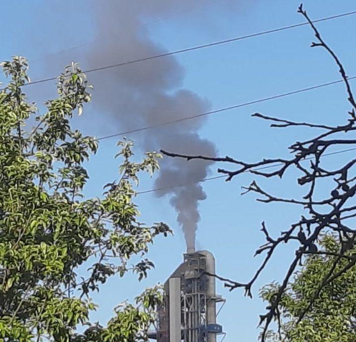 Под Новороссийском из труб цементного завода валит густой белый дым. Люди в панике