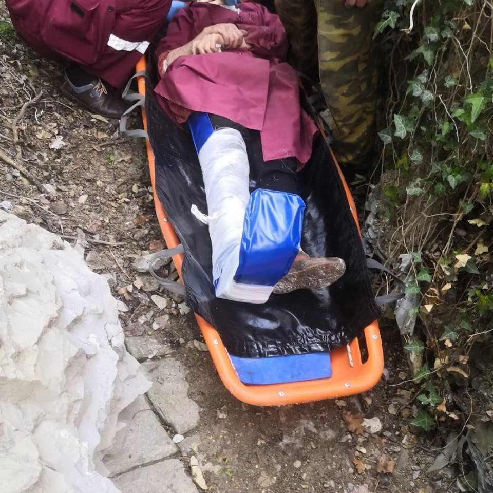 В Новороссийске пожилая женщина упала в глубокий овраг