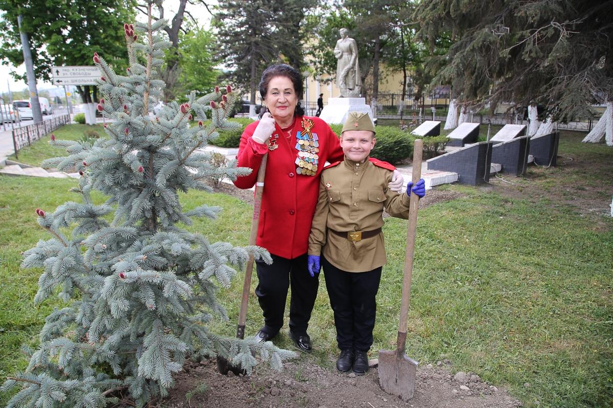 Дерево в честь отца, который сгорел в танке в 27 лет высадили сегодня у братской могилы в Новороссийске