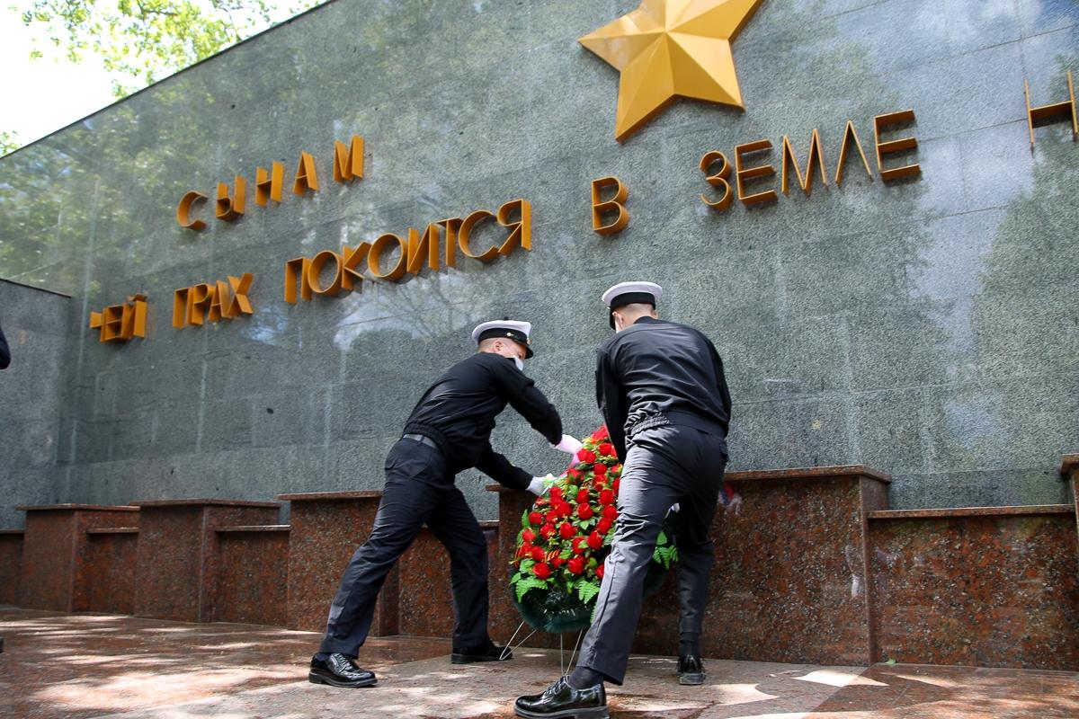 В Новороссийске возложили цветы к главному мемориальному ансамблю города-героя