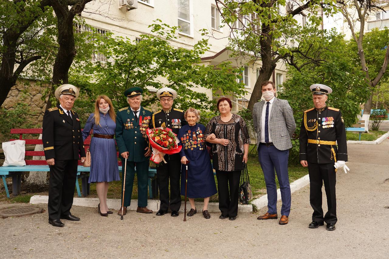 В честь жительницы Новороссийска, ветерана фронтовой медицины Веры Пикиной, оркестр сыграл песни военных лет
