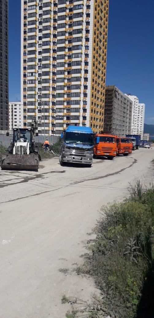 В Новороссийске канализационные люки засыпали строительным мусором и утопили микрорайон в нечистотах