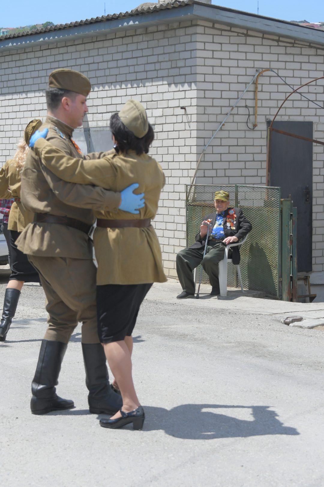 Новороссийских ветеранов поздравляли с Днем Победы во дворах. Люди не сдерживали слез