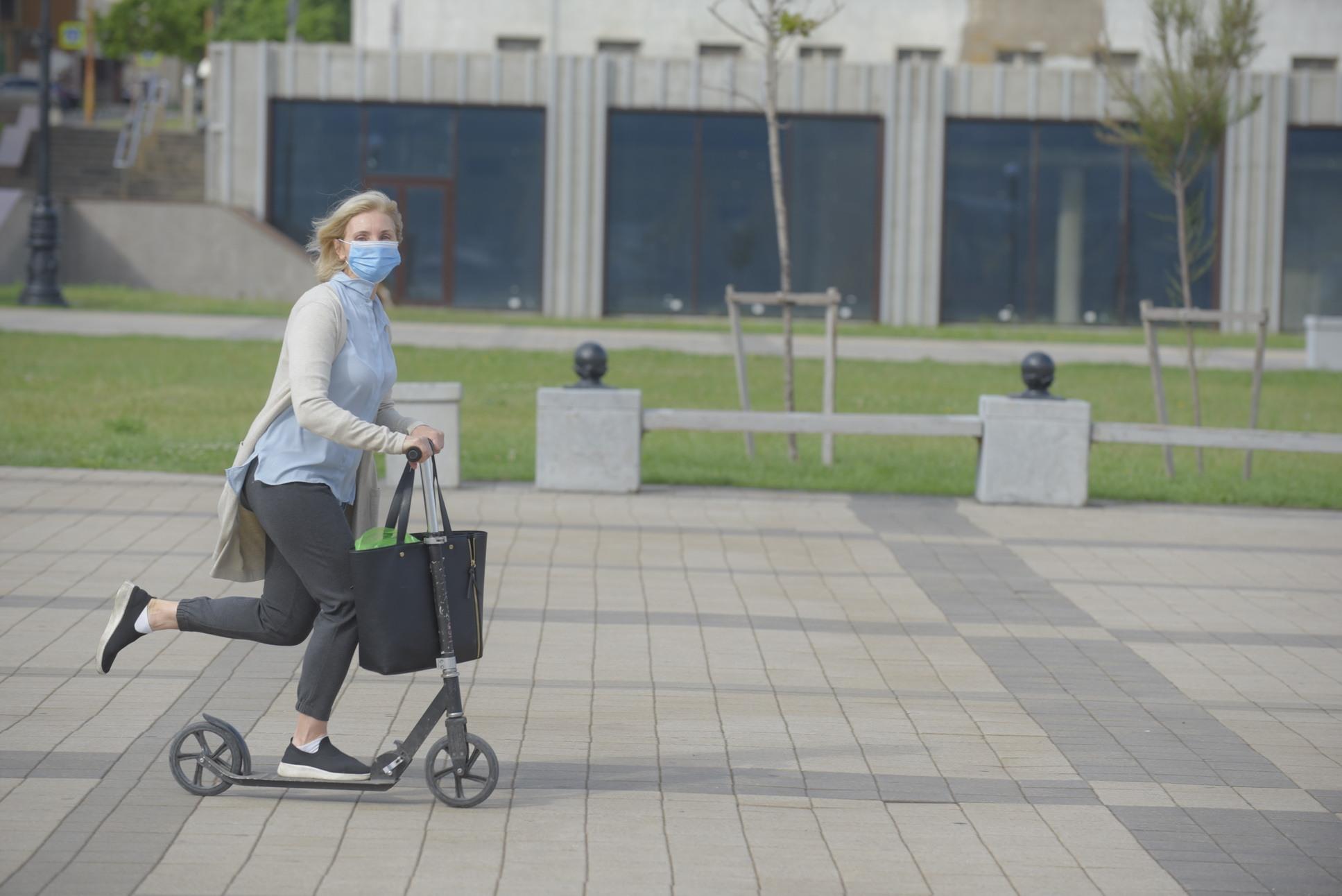 Возрастные новороссийцы стали активно ездить на самокатах и роликах