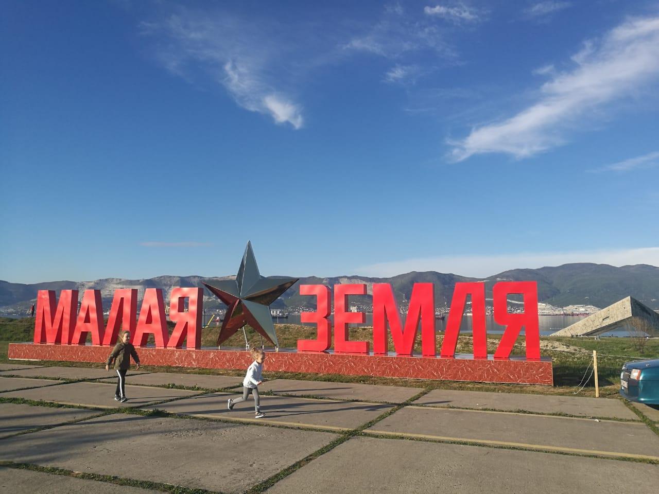 В Новороссийске новые звезды: ведется монтаж трех победных инсталляций