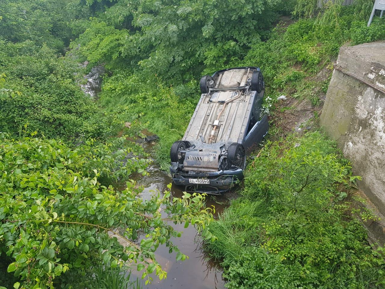 В Новороссийске неопытный водитель не справился с управлением, и машина улетела в кювет