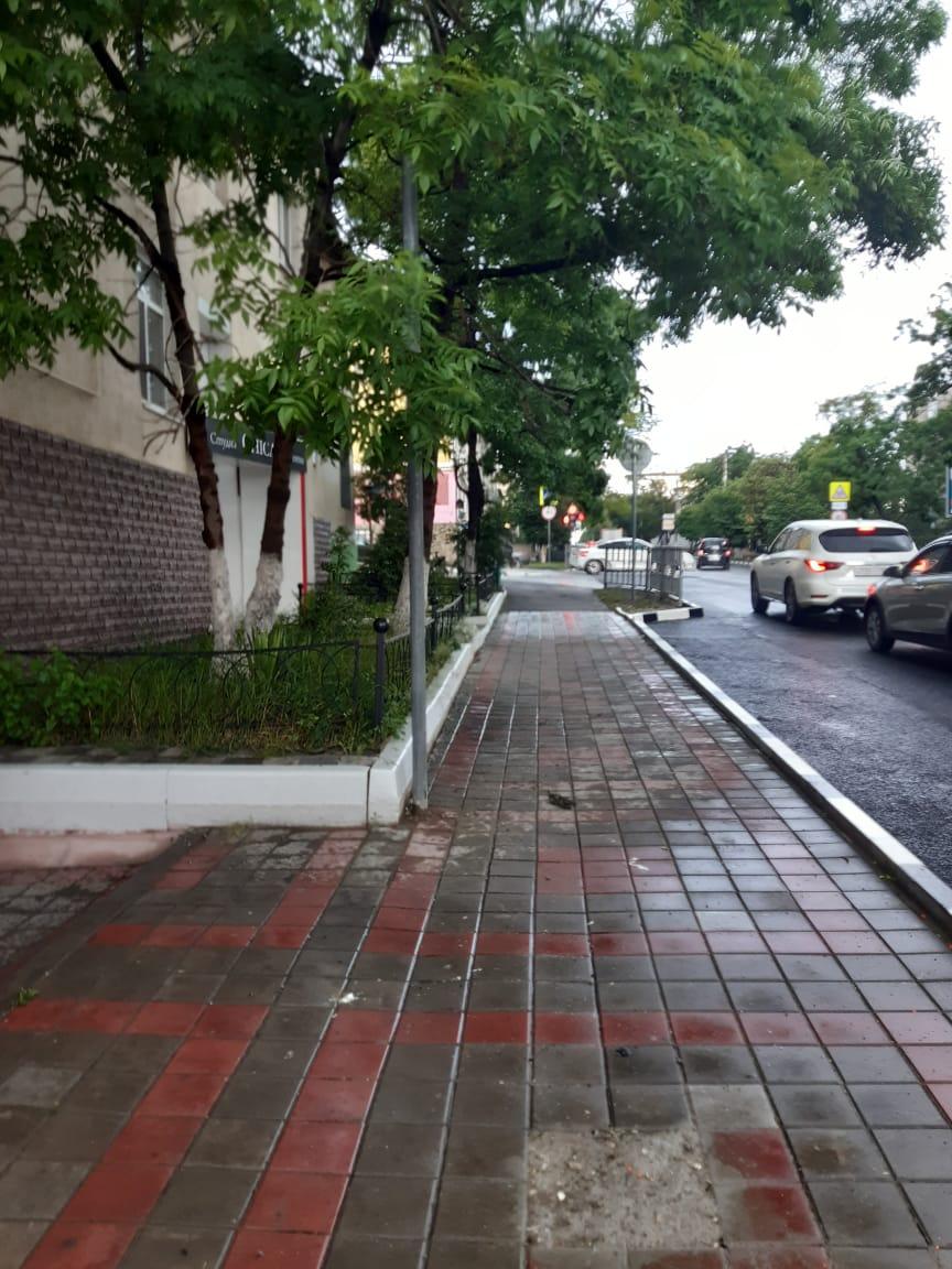 Столбы на тротуаре, которые вызвали возмущение новороссийцев, срезали