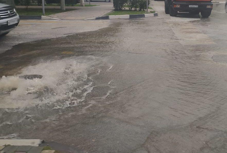 Возле Дома культуры в п. Мысхако образовался ручей из-за прорыва водопровода